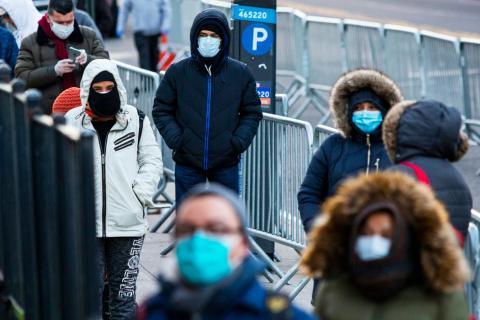 Las personas hacen fila para hacerse una prueba en el Hospital Elmhurst debido al brote de coronavirus el 24 de marzo de 2020 en Queens, Nueva York, Estados Unidos.