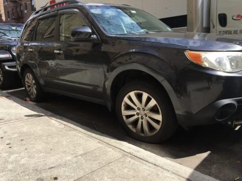 Coche con neumáticos deshinchados aparcado en Nueva York durante la pandemia de coronavirus.