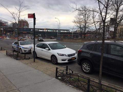 Coches aparcados ilegalmente en una calle de Nueva York.
