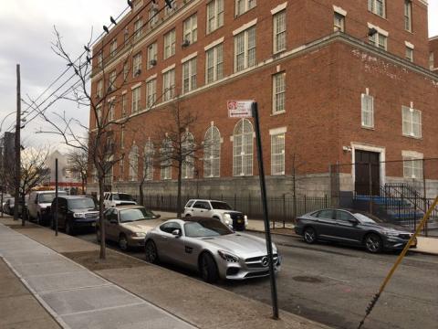 Mercedes-AMG GT aparcado en zona desaconsejada.