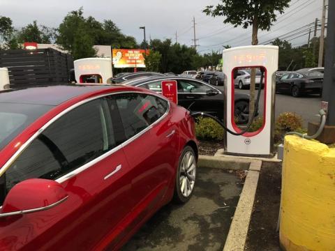 Un Tesla Model 3 cargándose.