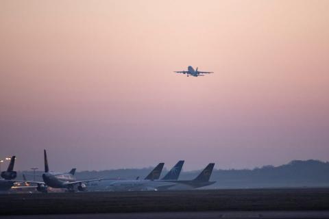 """El Airbus A310 """"Medevac"""", de las fuerzas armadas alemanas, volando a Bérgamo desde Colonia el 28 de marzo."""