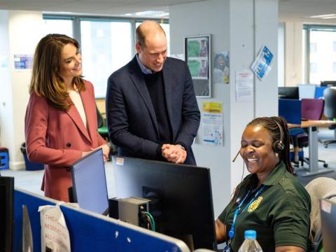 Kate Middleton y el Príncipe Guillermo se reúnen con el personal en una sala de control de ambulancias.