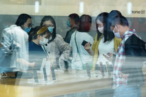 Apple store gente con mascarilla