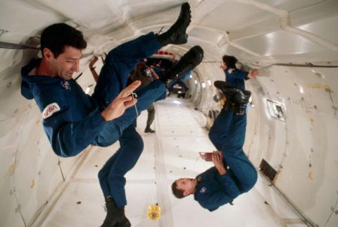 Astronautas flotando