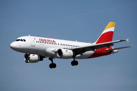Un avión de Iberia aterriza en el Aeropuerto de París-Orly, en Francia.