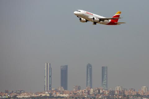 Un avión de Iberia sale del Aeropuerto de Madrid-Barajas Adolfo Suárez.