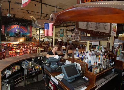 Un bar Sloppy Joe's de Florida, vacío antes de la clausura por coronavirus