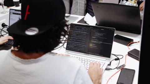 Un hacker en un progama de caza de recompensas.