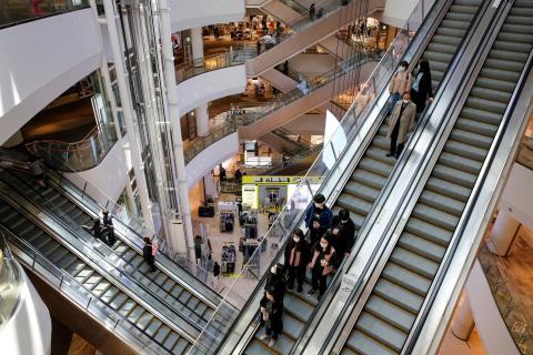 Los centros comerciales siguen abiertos en Corea del Sur pese a la pandemia del coronavirus.