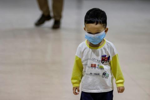 Un niño lleva una mascarilla en el Aeropuerto Internacional Ninoy Aquino en Manila, Filipinas.