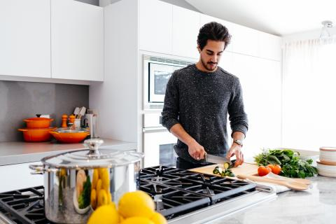Cocina, hombre cocinando
