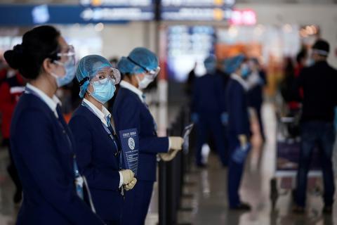 El staff del aeropuerto comprueban la salud a los pasajeros mediante un código QR.