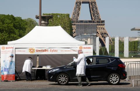 Un espacio de test de detección de la enfermedad por coronavirus instalado en los Campos de Marte cerca de la torre Eiffel en París, Francia, el 20 de abril de 2020.