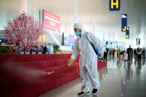 Un trabajador desinfectando el Aeropuerto Internacional de Wuahn-Tianhe.