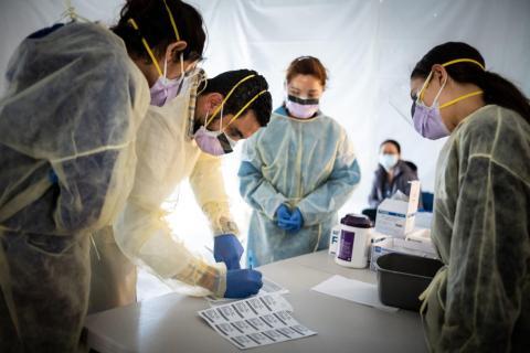 Los médicos hacen pruebas al personal sanitario durante la pandemia del coronavirus.
