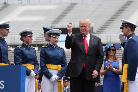Donald Trump, Presidente de Estados Unidos, sujetando una moneda.
