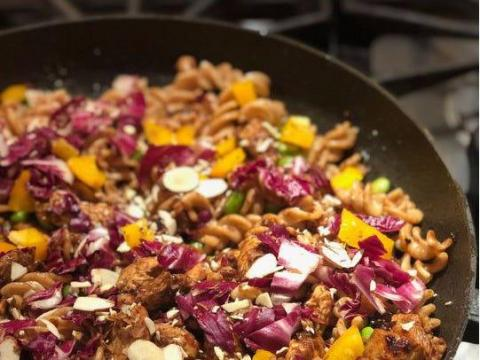 La pasta combina bien con muchas verduras, pollo y condimentos y si lo cubres con nueces molidas agregará textura y proteína.