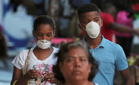 Dos panameños pasean con mascarilla por la capital del país