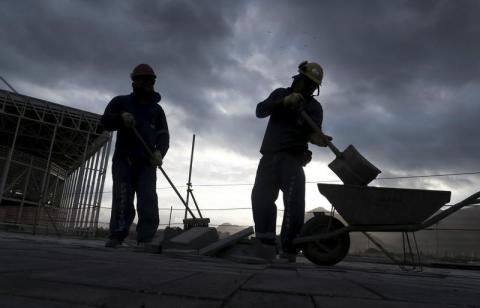 Dos trabajadores en una obra