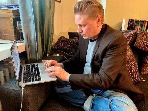 Emprendedor trabajando desde el ordenador