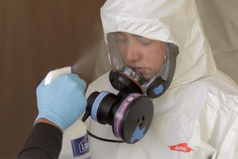 Una enfermera se protege contra la pandemia del coronavirus