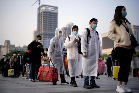 Fila de viajeros en la estación de tren de Hankou, Wuhan.