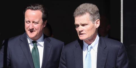 El ex primer ministro británico David Cameron con el profesor Sir John Bell en Oxford en mayo de 2013.