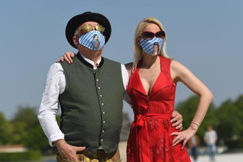 Una pareja alemana lleva mascarillas con el tradicional estampado de Baviera, el 25 de abril de 2020.
