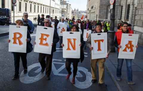 Un grupo de manifestantes a favor de la renta mínima universal ante el Congreso de los Diputados