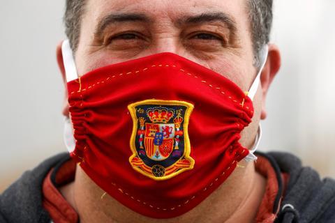Un hombre con una mascarilla en medio de la pandemia del coronavirus
