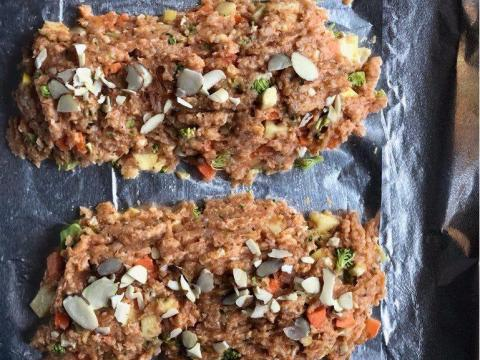 El pastel de carne de pavo combina carne picada con verduras para una cena familiar eficiente y nutritiva.