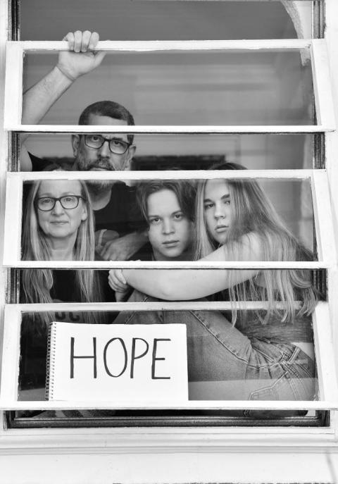 """La imagen del cartel de """"Esperanza"""", en la que aparece un fotógrafo con su familia es la favorita del autor."""