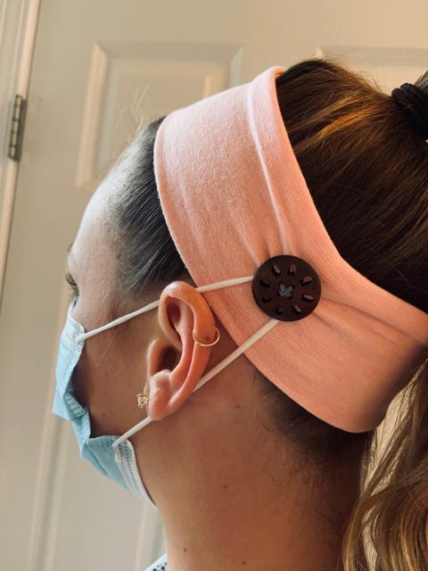 En vez de apoyarse en la oreja, las bandas de la mascarilla se ajustan a cada botón.