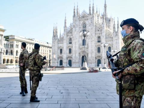 Patrulla de soldados en MIlán durante el Estado de Alarma en Italia.