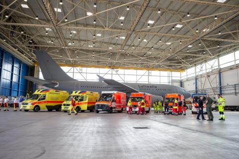 """Ambulancias frente al Airbus A310 """"Medevac"""" alemán el 28 de marzo."""