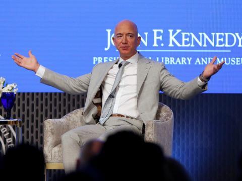 Jeff Bezos, fundador de Amazon y Blue Origin, habla durante la Cumbre Espacial JFK, celebrando el 50 aniversario del alunizaje, en la Biblioteca John F.Kennedy en Boston, Massachusetts, EE. UU., 19 de junio de 2019.