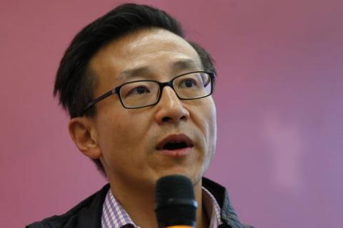 El vicepresidente del Grupo Alibaba, Joseph Tsai, asiste a una entrevista grupal en la sede de la compañía en Hangzhou, provincia de Zhejiang, 11 de noviembre de 2014.