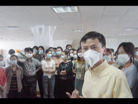 El cofundador de Alibaba, Jack Ma, se dirige a la empresa durante la crisis del SARS.