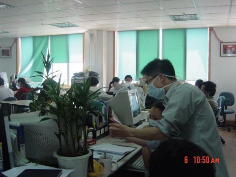 El equipo de Alibaba trabajando durante la crisis del SARS.