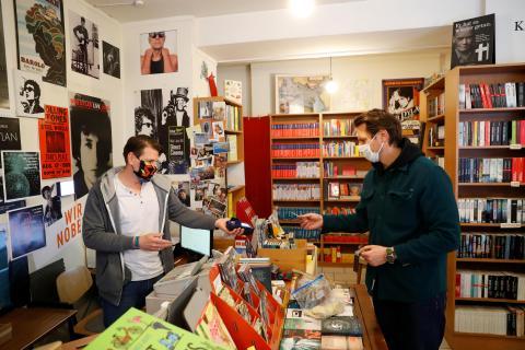Librería abierta al público en Viena (Austria) tras levantar las primeras restricciones de confinamiento