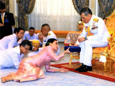 Tres días antes de su coronación, Maha Vajiralongkorn se casó con su cuarta esposa, Suthida, que fue su pareja y guardaespaldas personal, en una ceremonia sorpresa el 1 de mayo de 2019 en Bangkok, Tailandia.