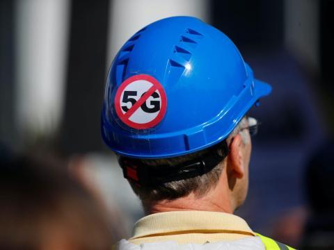 Un hombre protesta contra el nuevo estándar de comunicaciones móviles 5G en Berlín el 22 de septiembre de 2019.