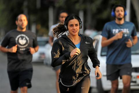 Mantener la distancia social mientras haces ejercicio.