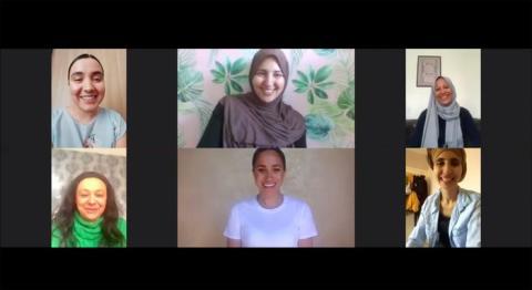 Meghan Markle (centro, cuadro inferior) en una llamada con miembros de Hubb Community Kitchen.