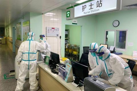 Personal médico con trajes protectores en el hospital Zhongnan de Wuhan, China, 22 de enero de 2020.