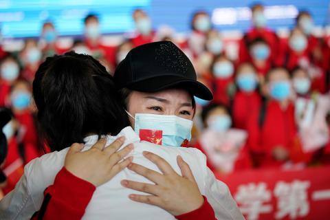 Médicos emocionados ante el fin de la cuarentena en Wuhan.