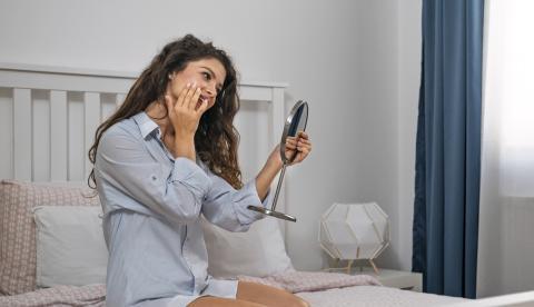 Mujer aplicando una crema facial