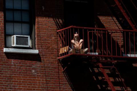 Mujer en el balcón confinamiento