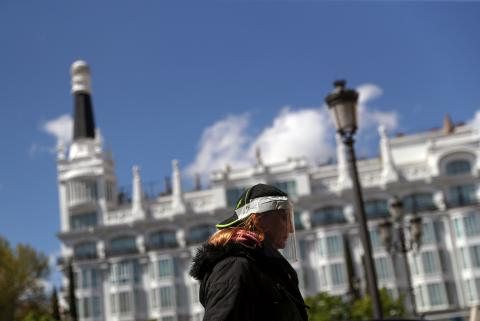 Una mujer pasea con una máscara de protección en medio de la pandemia del coronavirus